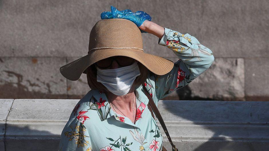 Zahlt die Krankenversicherung, wenn man im Urlaub am Coronavirus erkrankt? (Symbolbild)