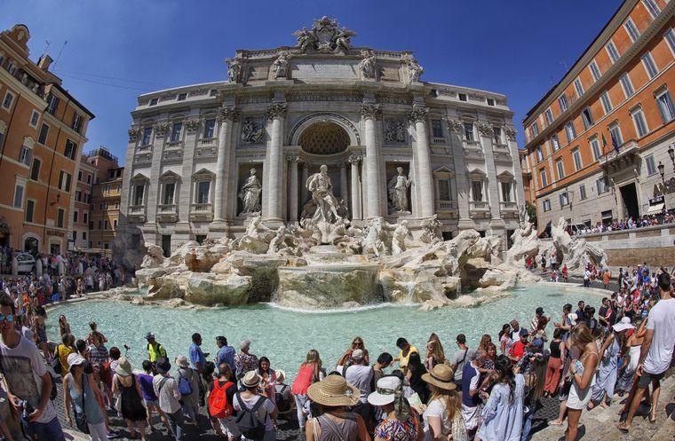 Der Trevi-Brunnen ist bei Touristen sehr beliebt.