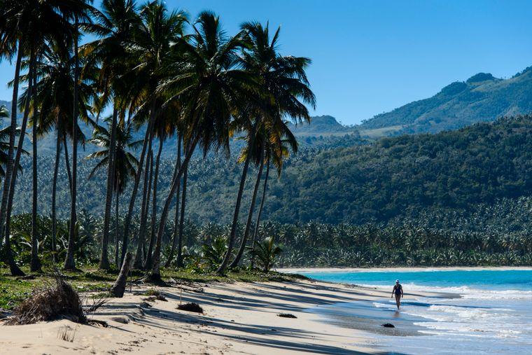 Die Dominikanische Republik ist bekannt für ihre Strände, Urlaubsorte und Golfplätze – die Landschaft reicht von Regenwäldern über Savannen bis zum Hochland mit dem Pico Duarte, dem höchsten Berg der Karibik.