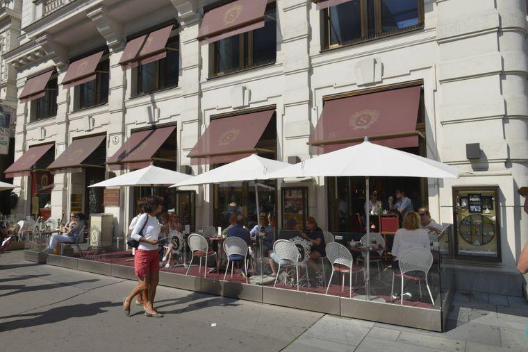 Der Außenbereich des Sachers – hier können Touristen schnell ein Stück der gleichnamigen Torte essen.