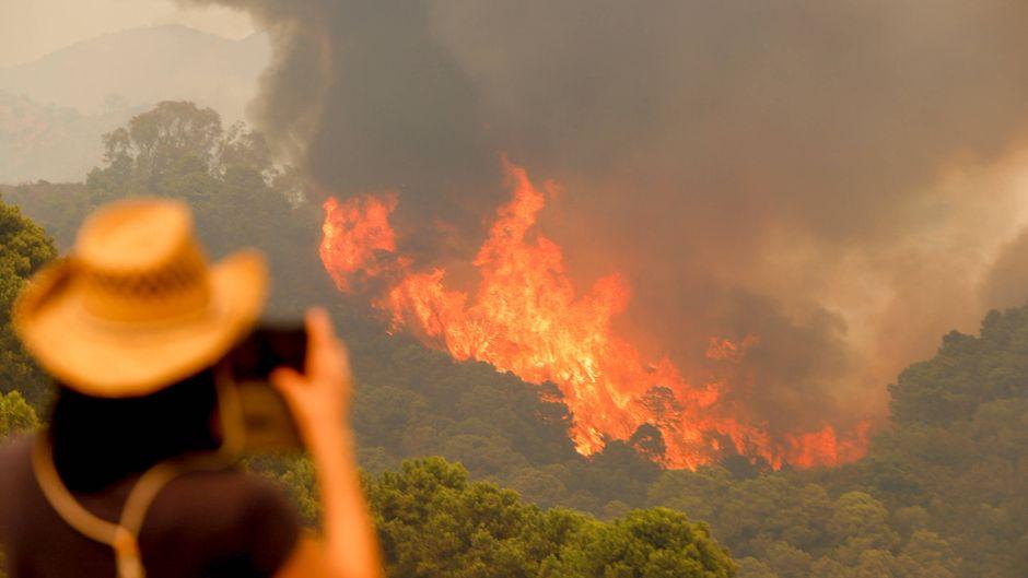 Mehr als 1000 Menschen mussten bereits ihre Häuser verlassen, die Waldbrände in Andalusien bedrohen mehrere Ortschaften.