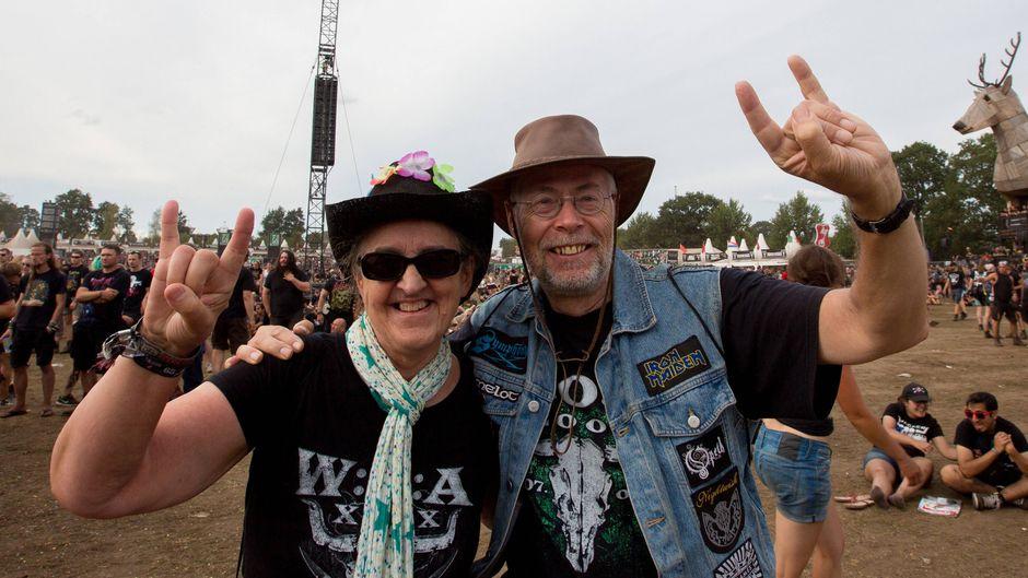 Fans beim Wacken-Festival 2018 vor der Bühne.