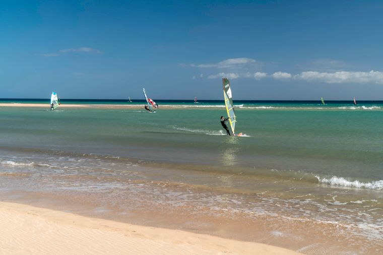 Windsurfer an der Playa de Sotavento im Naturpark Jandía auf Fuerteventura.