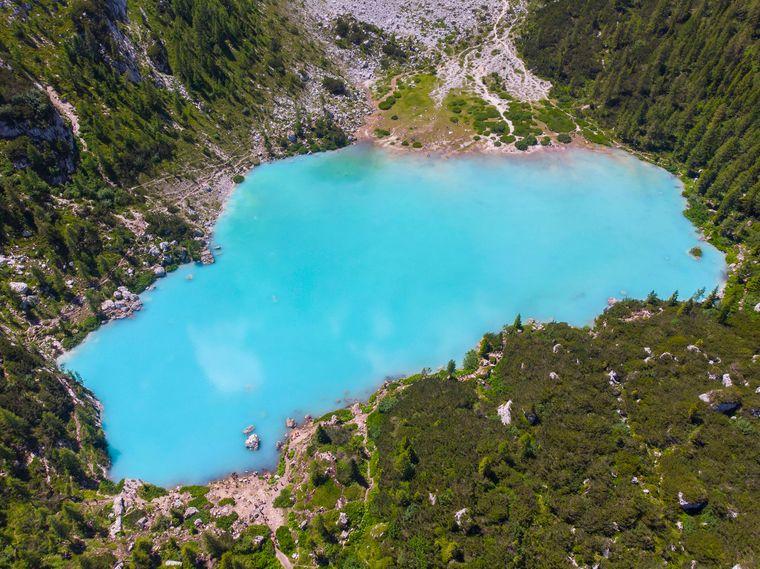 Der Sorapissee hat wundervoll türkisblaues Wasser.