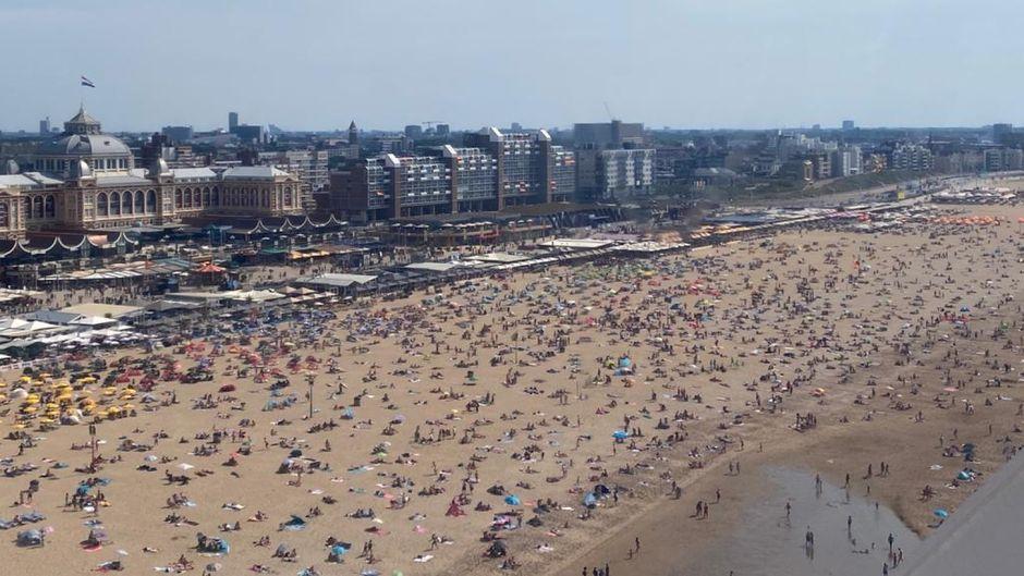 Der Strand von Scheveningen in Den Haag ist trotz Corona-Pandemie voller Menschen.