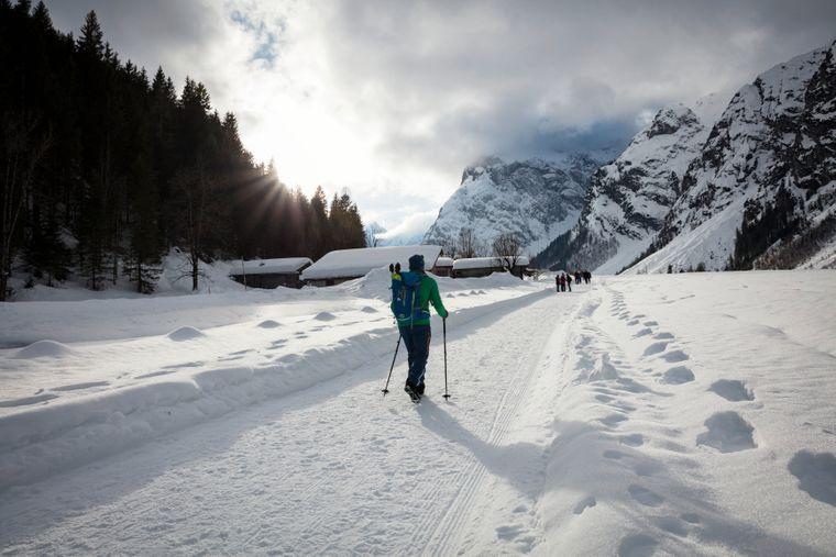 Im Naturpark Karwendel nahe Pertisau am Achensee gibt es mehr als 150 Kilometer geräumte Winterwanderwege.