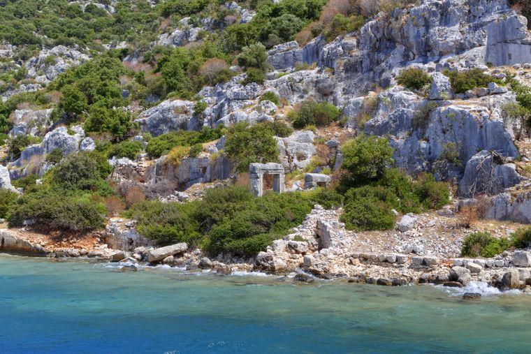 Die Versunkene Stadt Kekova liegt vor der Küste der Türkei und ist ein beliebtes Ziel für Bootstouren.