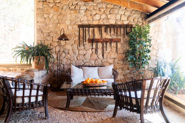 Der Wintergarten eines alten Hauses auf Mallorca.