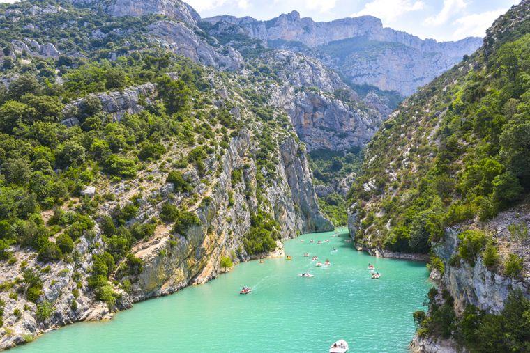 Eingang zur Verdon-Schlucht mit Felsen am See von Sainte-Croix in der französischen Provence.
