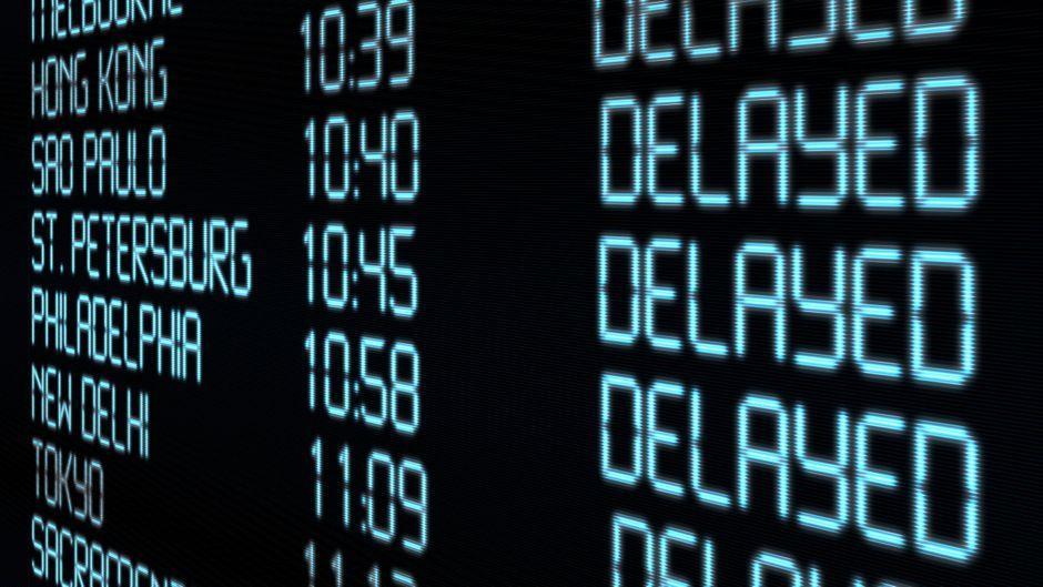 Anzeigetafel von verspäteten Flügen.