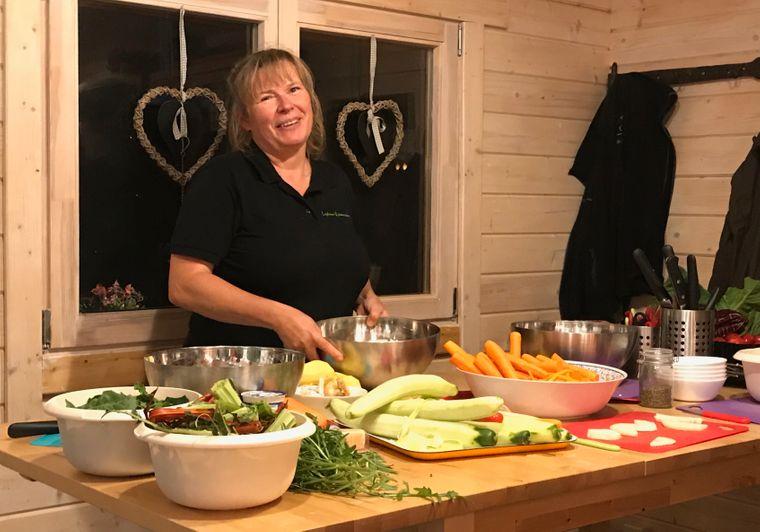Die Kräuterpädagogin Jana Schäfer nutzt bei den Kursen in ihrer Küche eine Auswahl aus 160 Kräutern.