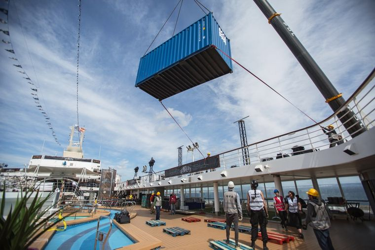 Ein riesiger Kran hievt Container an Bord der Mein Schiff 2.