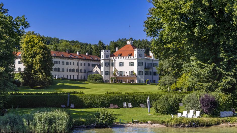 Schloss Possenhofen am Starnberger See in Bayern.