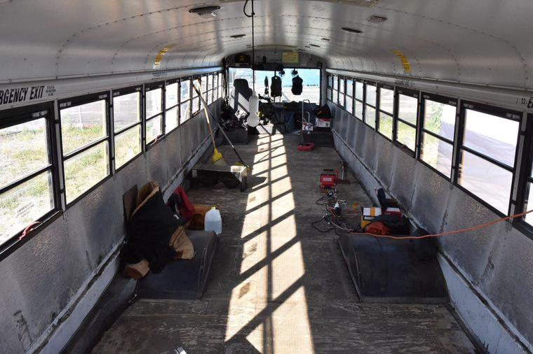Blick in den leergeräumten Schulbus.