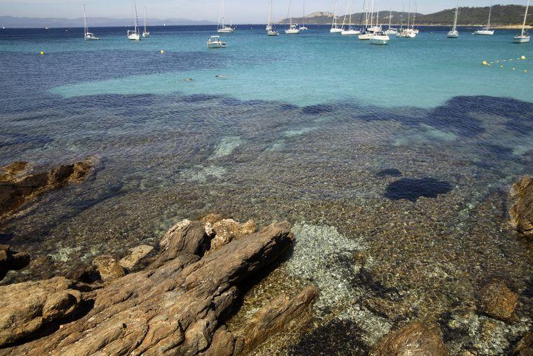 Segelboote am Traumstrand Plage d'Argent im Westen von Porquerolles.