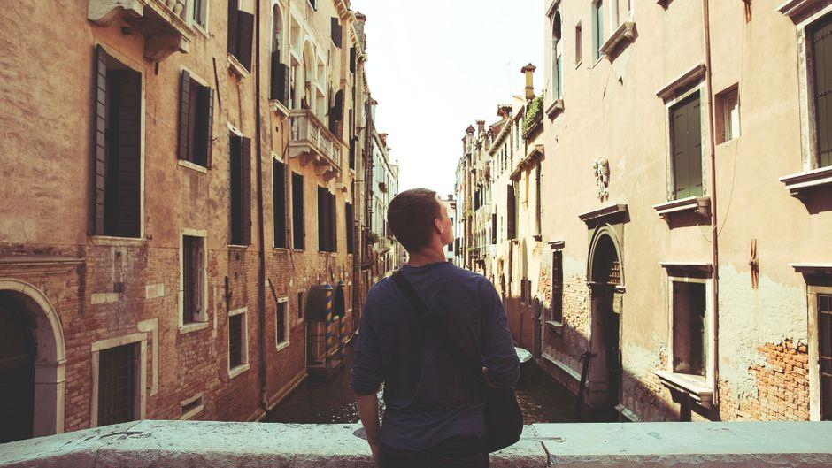 Tourist auf einer Brücke in Venedig