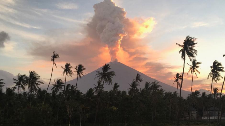 Seit Monaten brodelt der Agung, jetzt spuckt er Asche bis zu 2,5 Kilometer hoch in den Himmel.