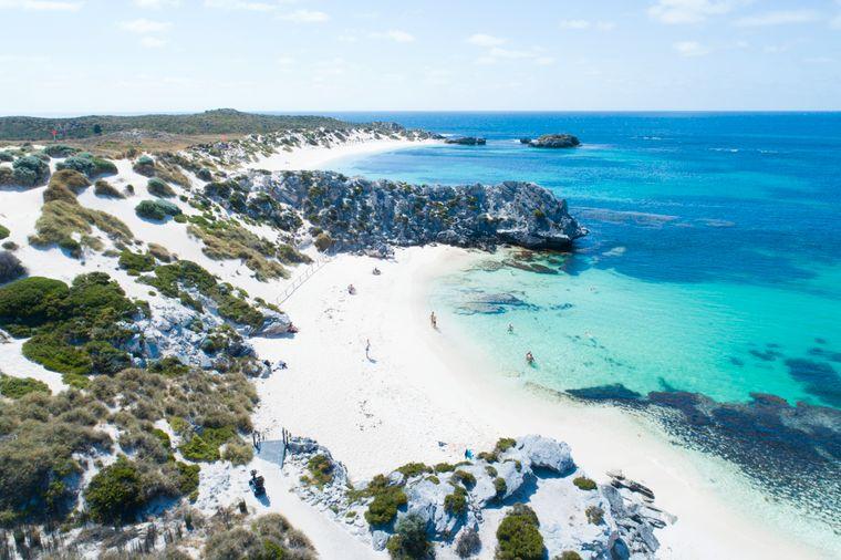 Auf der kleinen Insel Rottnest Island vor der Küste von Fremantle gibt es 63 Strände und 20 Buchten wie die Little Parakeet Bay.