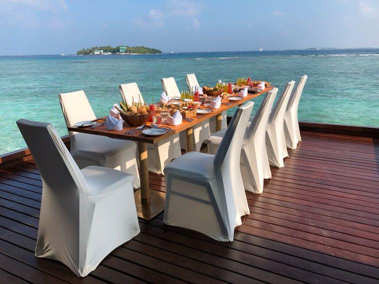 Die meisten Reisenden schätzen den Luxus, der ihnen in den exklusiven Resorts geboten wird – etwa ein Frühstück auf der Terrasse ihrer Überwasser-Villa wie hier im Sheraton Resort.