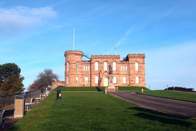 Zwischen Zentrum und River Ness liegt das Inverness Castle.