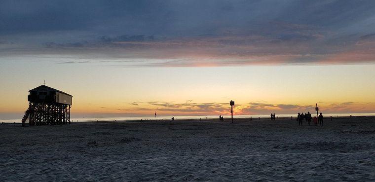 Sonnenuntergang am Strand von Sankt Peter-Ording.