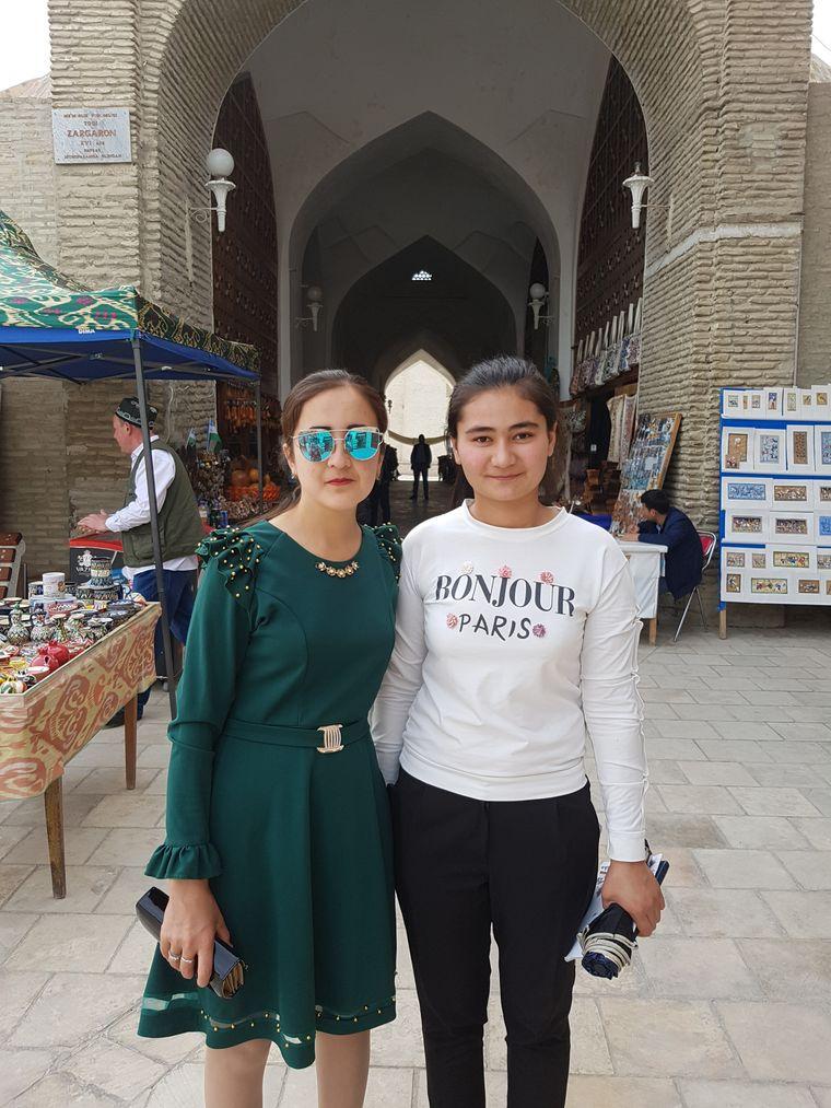 Die Usbekinnen Dilafrös (linsk) und Oydin lernen die deutsche Sprache damit sie später im Tourismus arbeiten können.