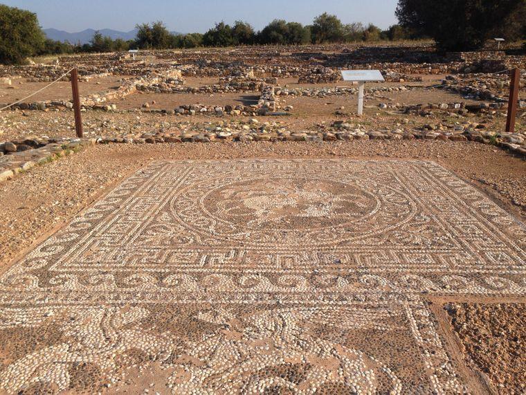 In Olynth haben Reisende die Chance, gut erhaltene Fußbodenmosaike zu sehen.
