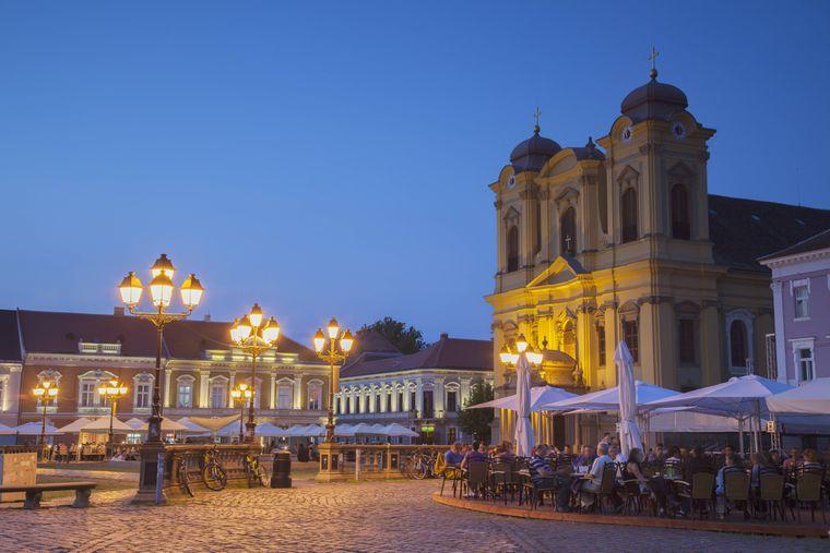 Eine Kathedrale und ein Café in Timișoara in Rumänien.
