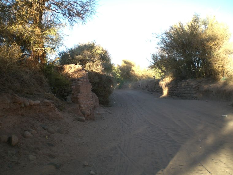 Eine Straße in San Pedro de Atacama in Chile.