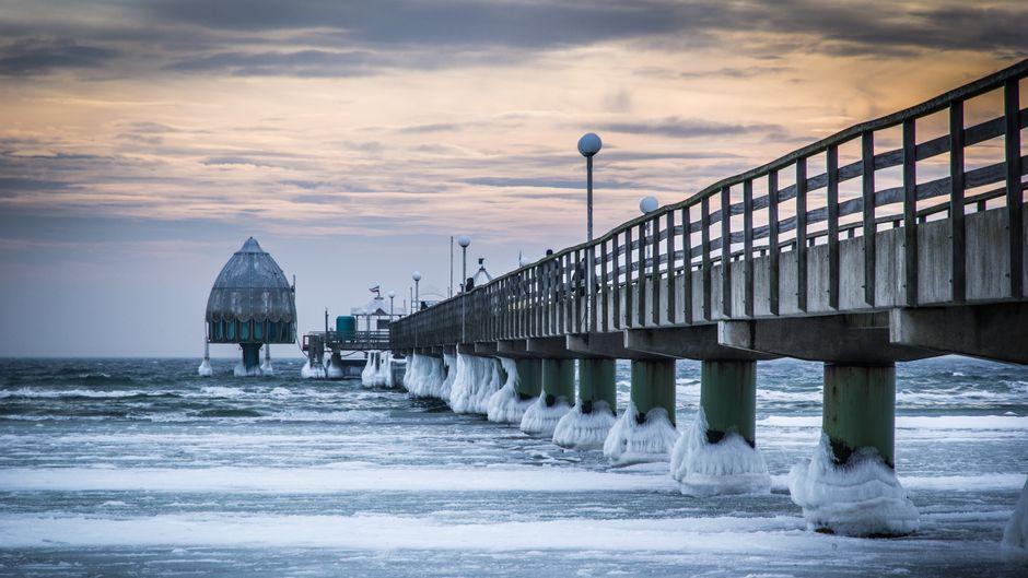 Beliebtes Ziel zu jeder Jahreszeit: Die Seebrücke in Grömitz ragt fast 400 Meter ins Meer hinein. Ostsee-Besucher lassen sich hier auch im Winter gern den Wind um die Nase wehen und genießen die Aussicht.