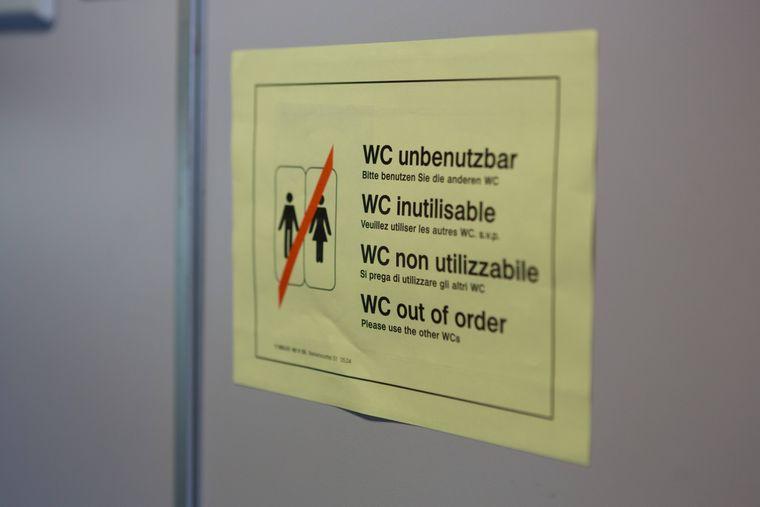 Schild an einer verschlossenen Toilette in einem Intercity Zug der Deutschen Bahn: WC unbenutzbar.