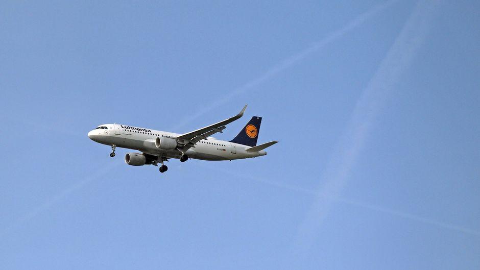 Ein A320 fliegt für die Lufthansa.