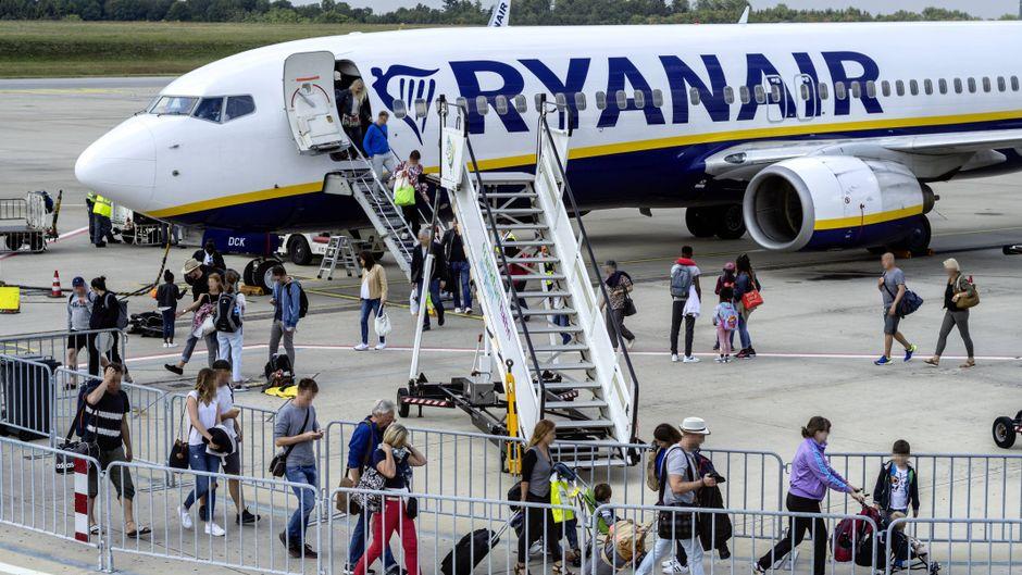 Passagiere steigen aus einem Flugzeug von Ryanair am Flughafen Frankfurt-Hahn aus.
