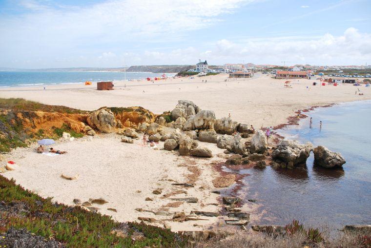 Blick auf die Praia do Baleal, im Hintergrund Häuser.