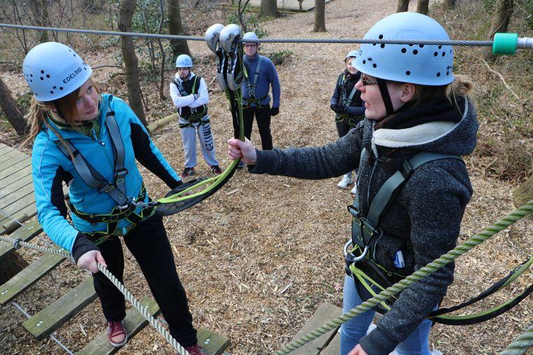 Stephanie Habich (re.) probt eine Einweisung mit Sophia Witte im Kletterwald Darß in Born.