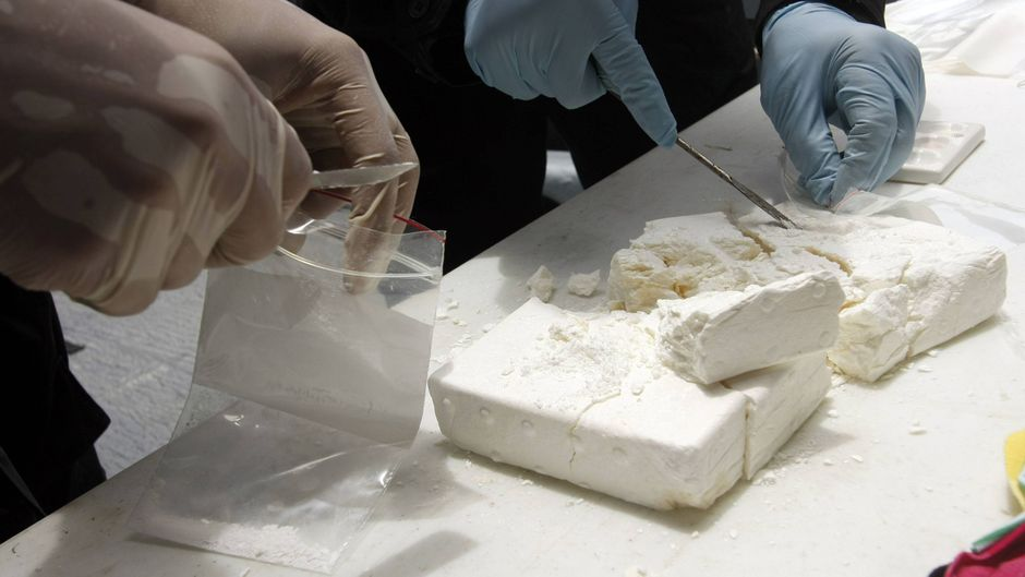 Ermittler untersuchen Kokain.
