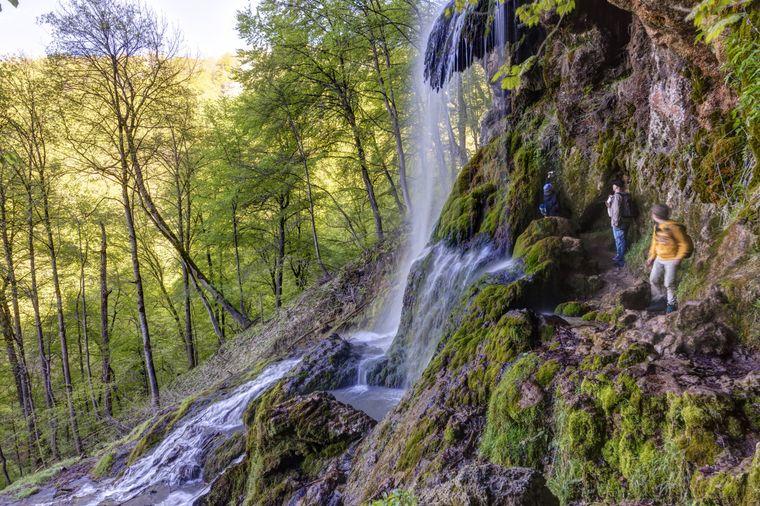 Der Uracher Wasserfall im Maisental stürzt 37 Mrter in die Tiefe.
