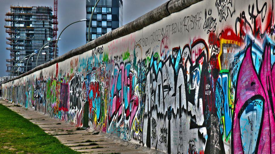 Die Berliner Mauer ist in die Geschichte eingegangen als Symbol des Kalten Krieges und der Teilung Deutschlands. Gebaut wurde sie Anfang der 60er Jahre.