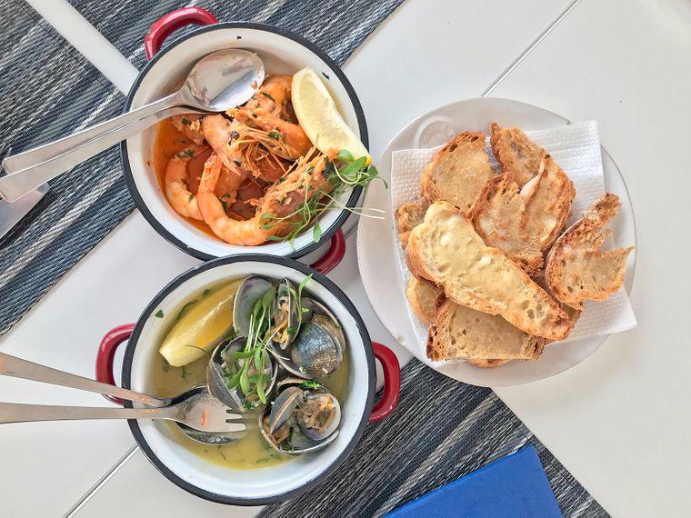 Frisch und köstlich: In der Bronze Seafood & Lounge Bar kommen Foodies in Costa Nova auf ihre Kosten.