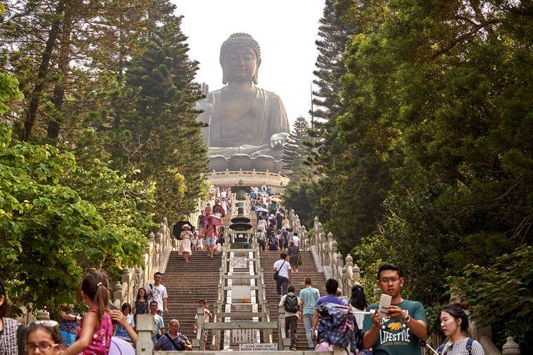 Besucher vor dem Big Buddha, Po Lin Klsoter, Ngong Ping, Lantau Island, Hongkong, China.