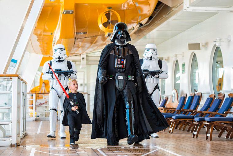 """Wenn das Kreuzfahrtschiff zum Raumschiff wird: Bei einigen Sieben-Tage-Kreuzfahrten von Disney Cruise Line gibt es den """"Star-Wars-Seetag""""."""