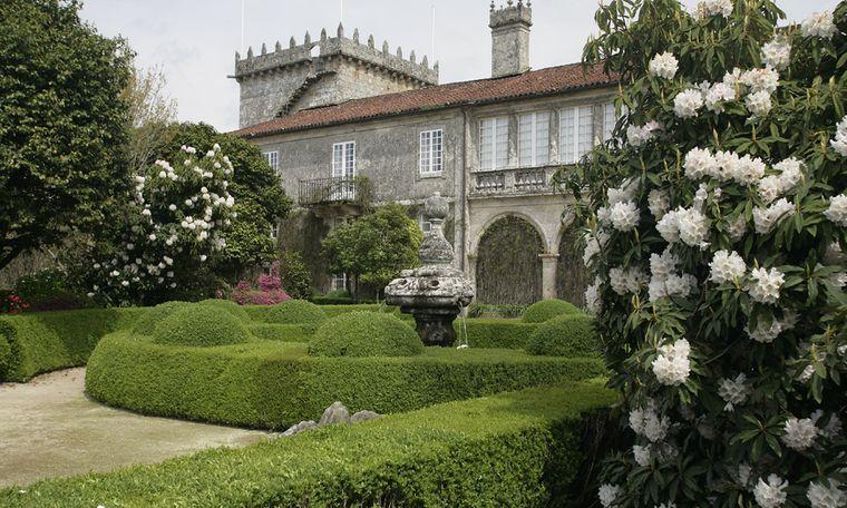 Prächtige Herrenhäuser wie im Pazo de Rubianes bilden das Zentrum der Parks an der Kamelienroute. Manche öffnen die Türen für Besucher.