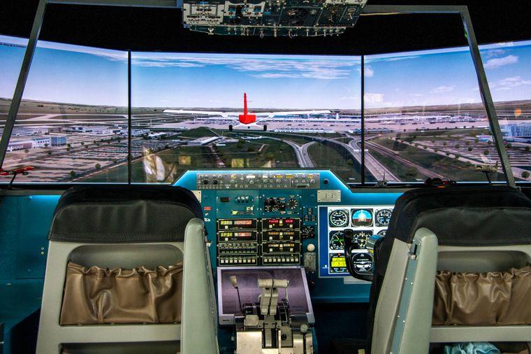 Das Cockpit eines Flugsimulators zeigt einen Landeanflug.