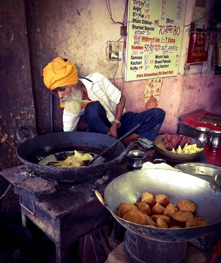 Ein Mann kocht in Jaipur.