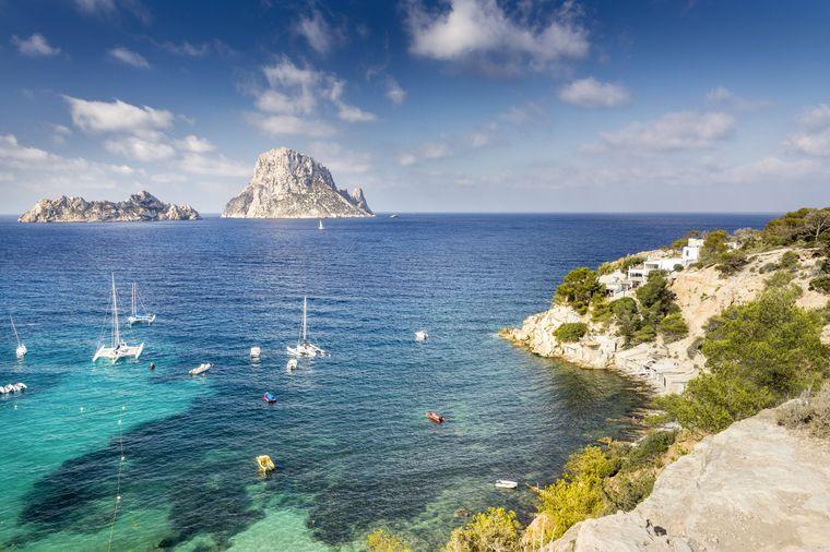 Blick von Ibiza aus auf die Felseninsel Es Vedrà.