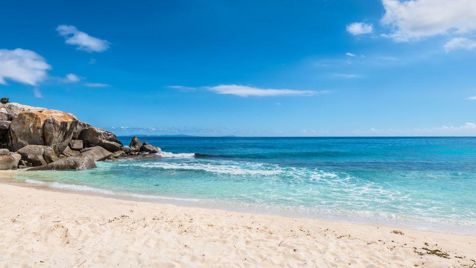 Strand im Norden der Insel Mahe auf den Seychellen.