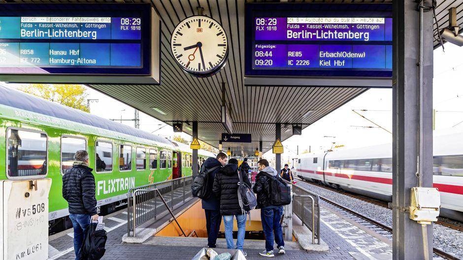 Züge von Flixtrain und der Deutschen Bahn am Bahnhof Frankfurt Süd.