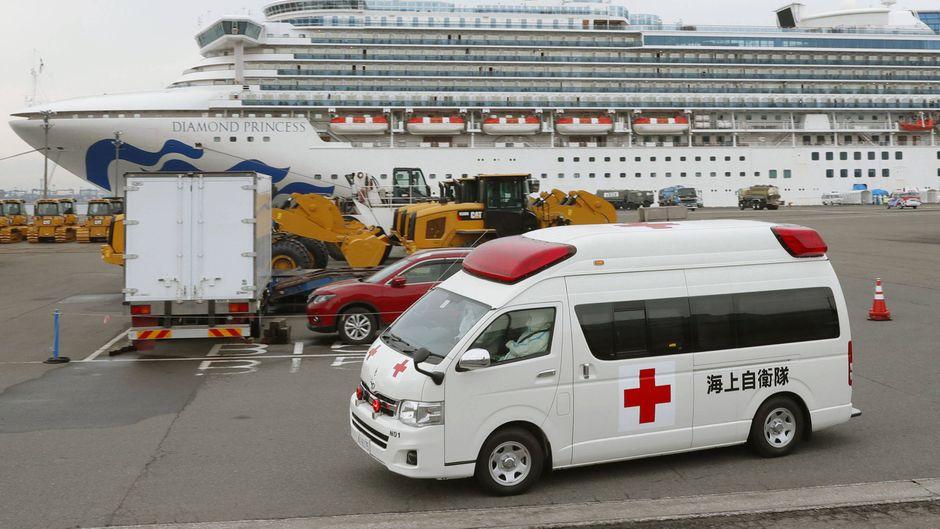 """Ein Krankenwagen verlässt den Pier in Yokohama, wo das Kreuzfahrtschiff """"Diamond Princess"""" noch immer unter Quarantäne ist."""
