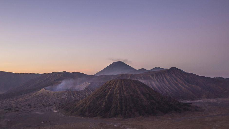 Vulkanschlote mit rauchendem Vulkan Bromo auf der Insel Java in Indonesien.