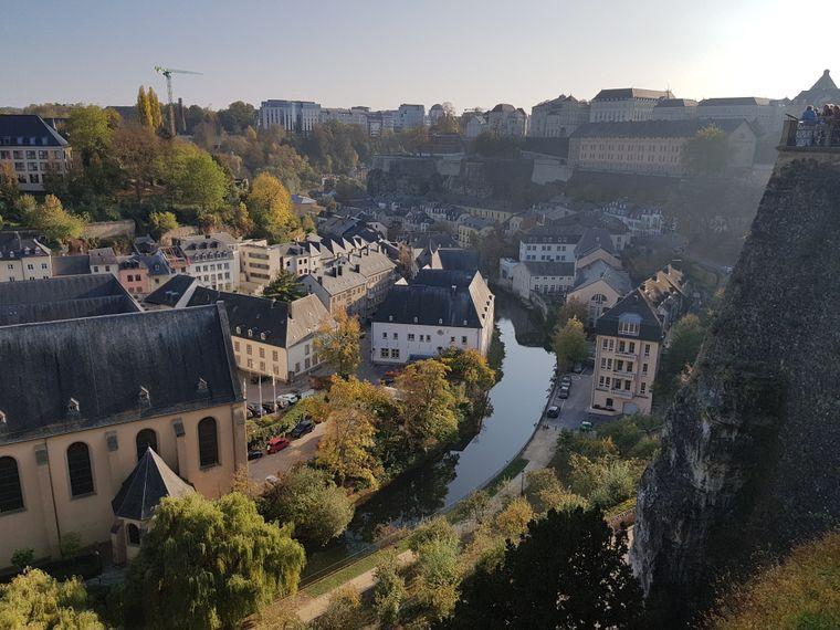 Eine Stadt wie eine Modelleisenbahnlandschaft: Luxemburgs alter Kern gehört zum Weltkulturerbe, am besten sieht man ihn von den Kasematten mit Blick auf die Unterstadt Grund.